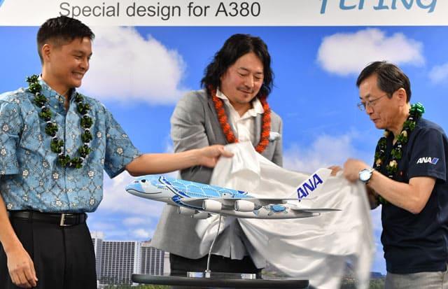 A380の特別塗装デザインをお披露目する(右から)ANAの篠辺社長、デザインした増岡さん、ハワイ・ツーリズム・オーソリティのランディ・バルデモアCOO