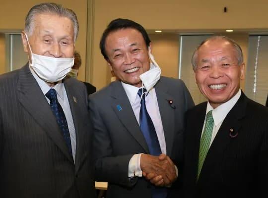 密着しているのにマスクをしない麻生太郎