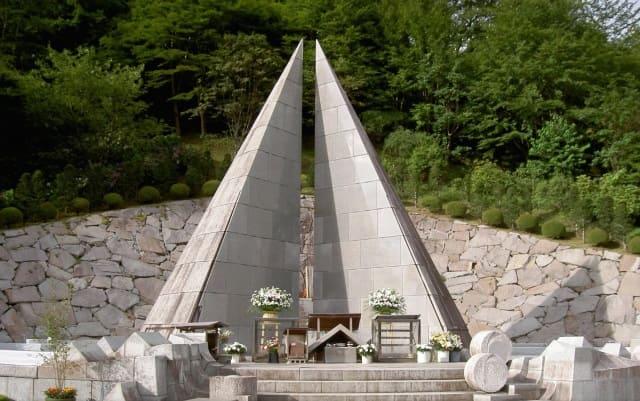 JAL123便墜落事件現場に建てられた慰霊塔