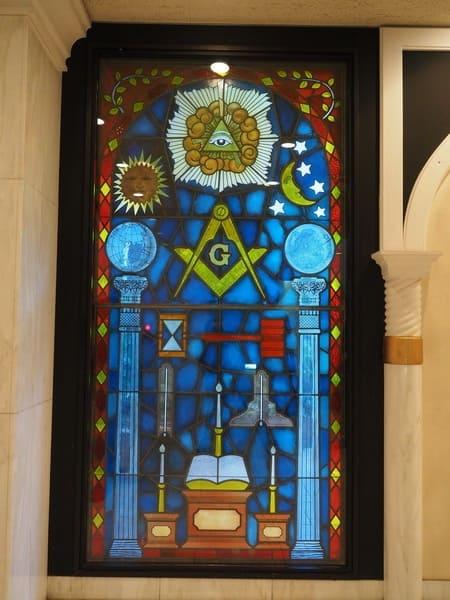フリーメイソン・日本グランドロッジ玄関ロビーのステンドグラス