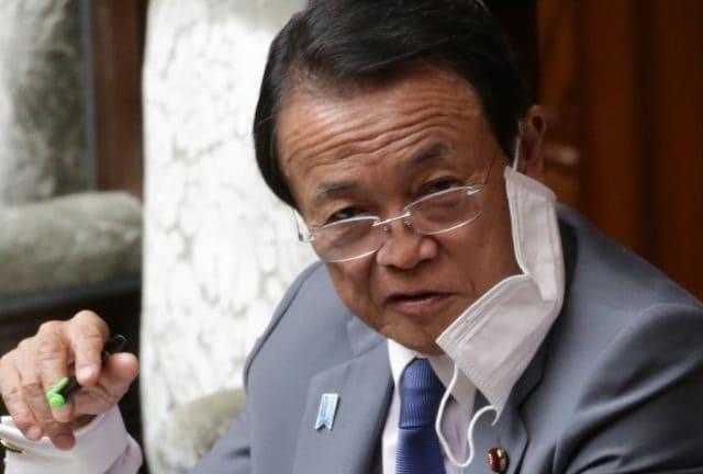 国会ですぐにマスクを外す麻生太郎